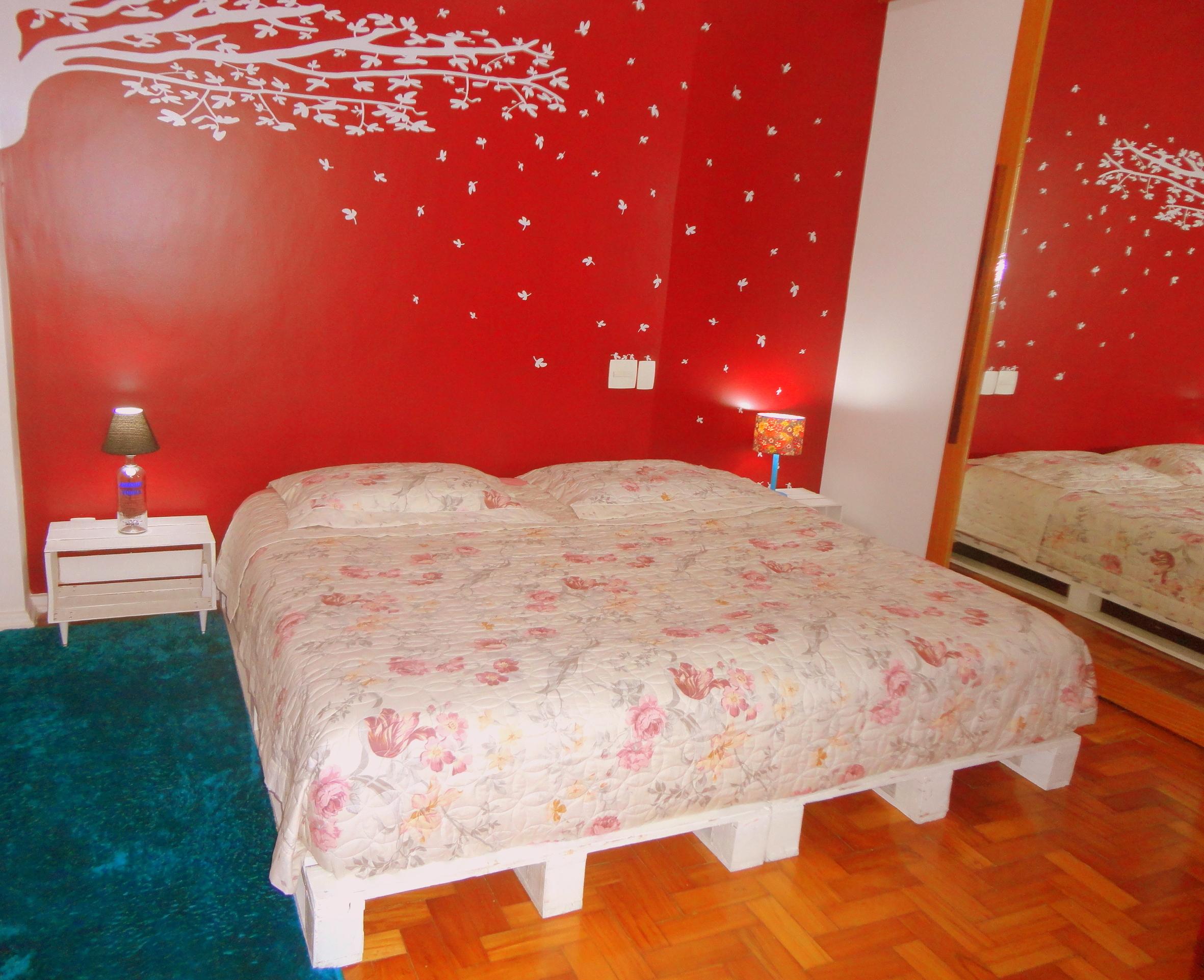 decoracao alternativa de casas : decoracao alternativa de casas: de estilo com cama feita com pallets e mesinhas de cabeceira feitas de